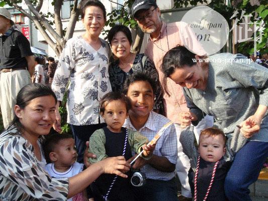 ネパール、ヨルダンからのご家族:参加は今回で3回目。真ん中の旦那様は、前に担いだこともあるそうです!