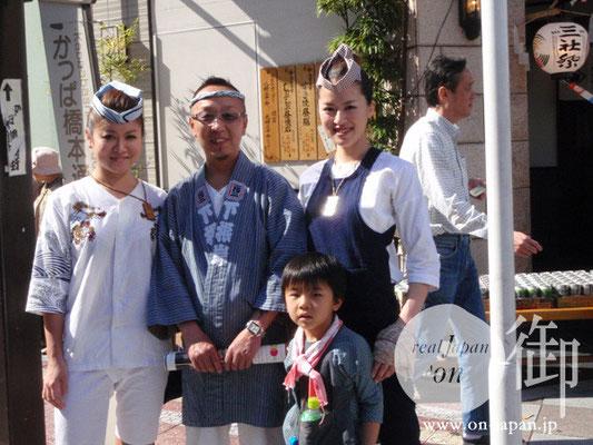 芝崎東のみなさん;2009三社祭インタビューにもご登場いただきました。実はアングル外にもう一人姉妹の方が。美人三姉妹!