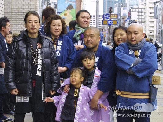 はなわ さん。祭に参加するときは常に正装。日本人の粋を求め、「神輿道」を極めたいと思う。其処に何があるかは解らないけれども。