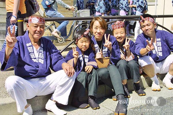 神田 同朋町さん。祭の魅力?気合を入れて神輿を担ぐ。それに神田祭は2年に一度。だから、盛り上がる。 <br>【編集部】お揃いの手作りの木札がカッコよかったです。