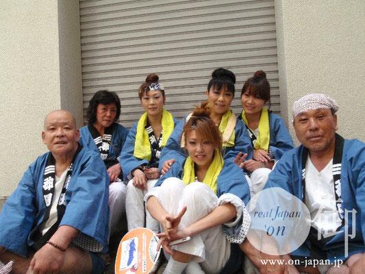 粋な兄さんと綺麗どころのみなさん:沖縄の祭には、自分とこの神輿を持って参加したよ!