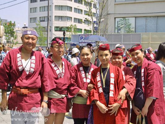 業四南睦さん。小さいころから祭りは楽しんでいるよ。今日は地元の人が多いよね~。