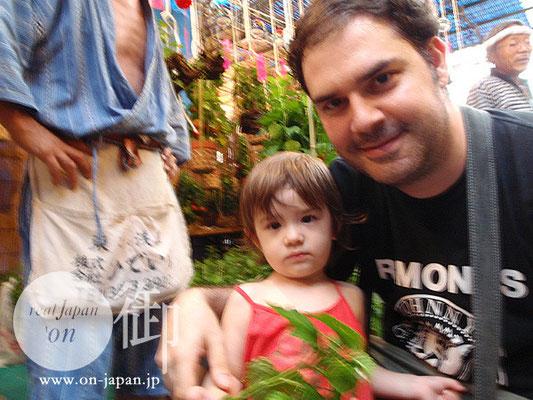 スペイン人のパパとハーフの永美ちゃん:「ウチの子はちょっと人見知りなんだ、でも可愛いでしょ?」