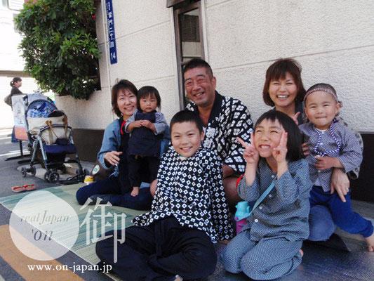 雷門中部町会のみなさん:女の子2人のママと男の子2人のママ、そしてお祭り大好きな兄さん。ピカピカ笑顔♪