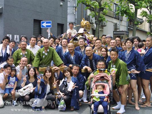 松三町会さん。祭りの魅力は?そりゃ仲間との一体感。あとは雰囲気が楽しいよね~