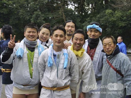 飛鳥睦さん、松原會さん。祭の魅力は、知っている仲間とはもちろん、知らない人とも一緒に担ぐことができ、皆で楽しませてもらえることかな。