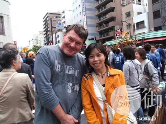 シドニーからの初日本観光:シドニーから初めて来日した海外観光客。初めての日本、初めてのお祭り見物、初めてづくし日本。 京都の葵祭にも行って来たそうです。ちなみに、お隣のお姉さんは彼女さん? でなはくボランティアで通訳をされているそう。