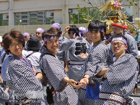 業平三丁目さん。学校の友人と参加。神輿は見ているよりも担いだほうが断然楽しい!!!