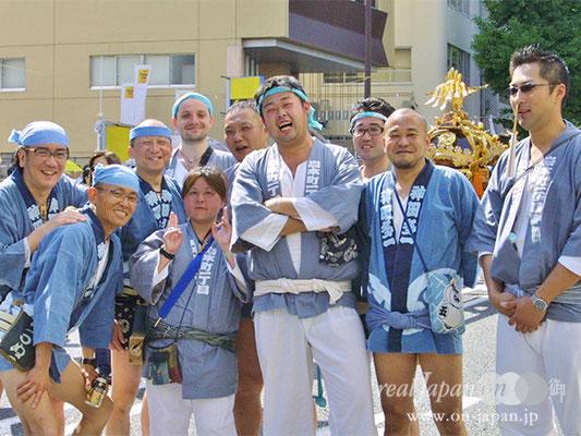 ジェームスと仲間達さん。祭りはこの一体感がいいですよね。神田の祭りは、何といっても上品。街のおかみさん達が盛り上がり、氏子全体が祭り一色ですね。