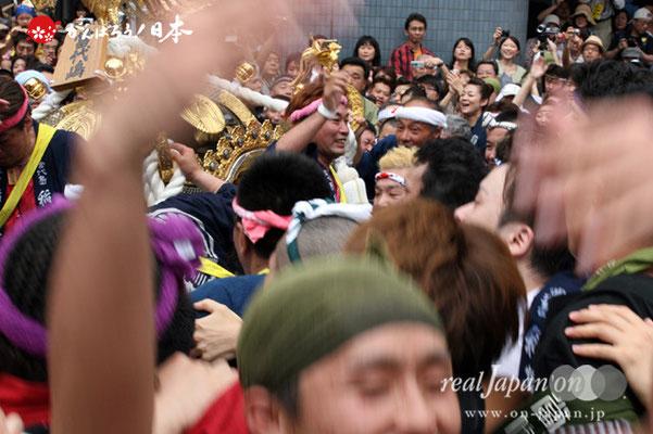 浦安三社祭〈当代島・稲荷神社本社神輿〉地すり @2012.06.17