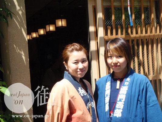 寿四と雷門西部のお姉さん 和む笑顔ですね♪ 左側のお姉さんは「中塚豆店」の看板娘さんです。