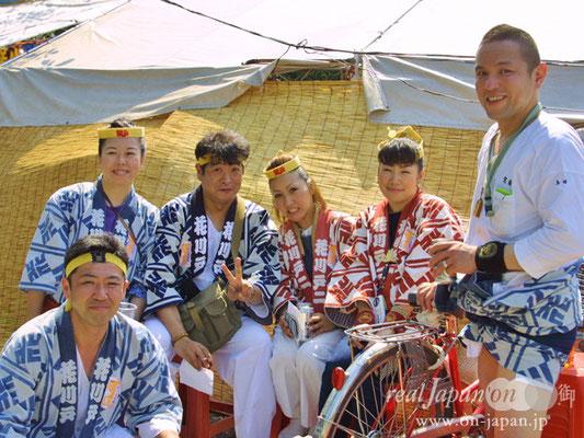 花川戸さん。祭りで集まる仲間達と。祭りの魅力?そりゃー「棒」と「酒」でしょ!