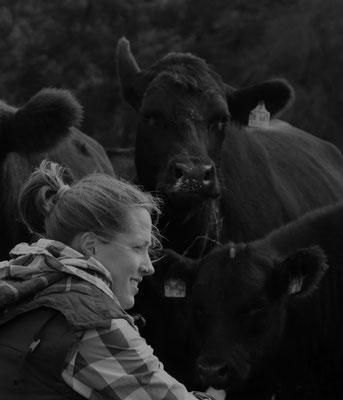 Sarah Gabriel zu Besuch bei den Rindern. Quelle: Kulturfabrik e.V. medienWERK, Eschwege