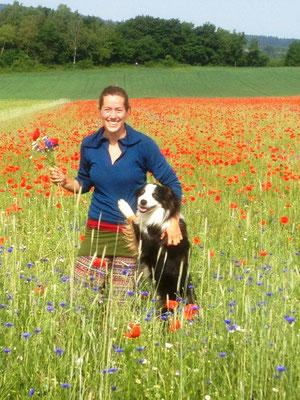 Ein Platz im Sommerfeld: Sarah Gabriel mit Hund Rio. Quelle: Gut Fahrenbach