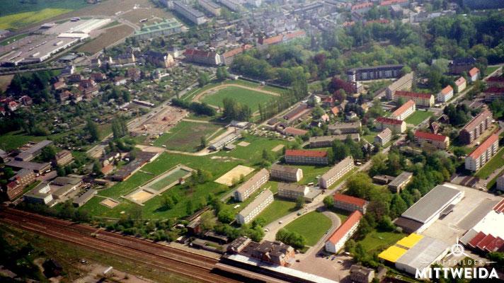 Bahnhof und Stadion am Schwanenteich mit Baustelle der 3-Felderhalle