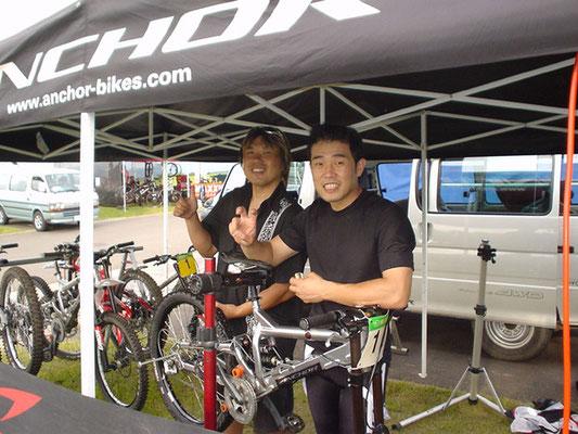 マウンテンバイク・ダウンヒル 鍋島選手と記念撮影