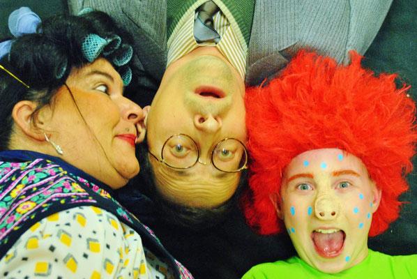 Die Welt steht Kopf: Frau Rotkohl (Ute Raiser) und das Sams (Marie Schneider) treiben Herrn Taschenbier (Holger Schlosser) fast in den Wahnsinn | Foto: Sascha Diener