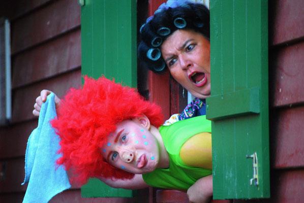 Frech wie...  das Sams (Marie Schneider). Frau Rotkohl (Ute Raiser) ärgert sich | Foto: Sascha Diener