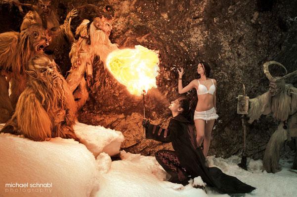 Feuerspuckerin Regina sorgt für schaurige Lichteffekte