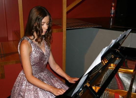 Eröffnungsstück am Klavier - Alina Steg (10a)