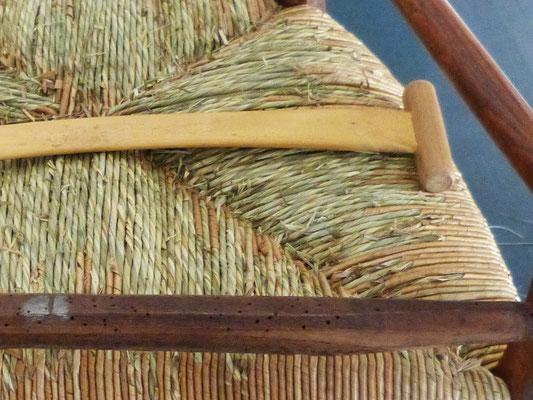 Sous l'assise en paillage de seigle fait main: les deux sortes de paille se distinguent / Under the handmade rye straw, both types of straw appear.