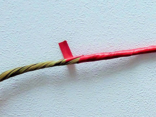 Toron de seigle fait main, sur une âme en laîche / Handmade rye strand with a heart of sedge.