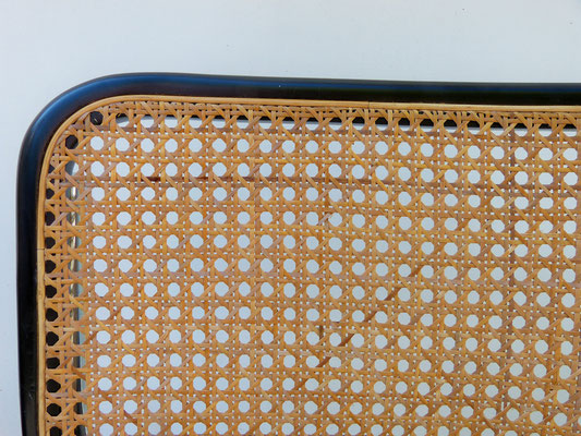 Bordure lisse dans une gorge, sur un siège moderne fait pour le cannage mécanique / Smooth border in a groove, on a modern seat made for mechanical cane work.