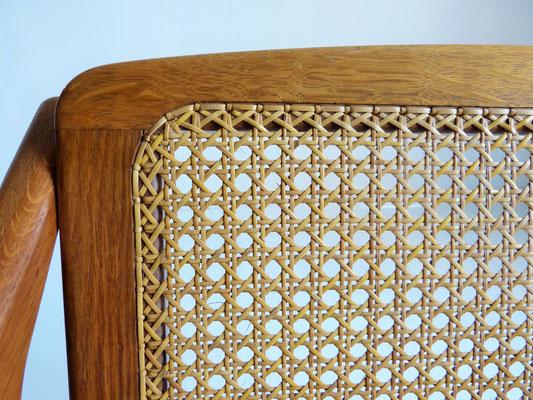Bordure de cannage traditionnel maintenue dans de petits trous / Traditional cane work border held in small holes.