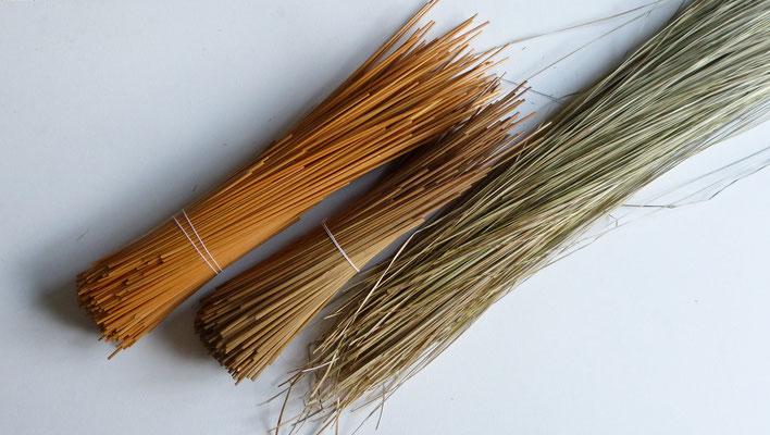 Bottes de seigle et paille des marais pour un cordon fait main / Rye bunches and sedge for a handmade strand.