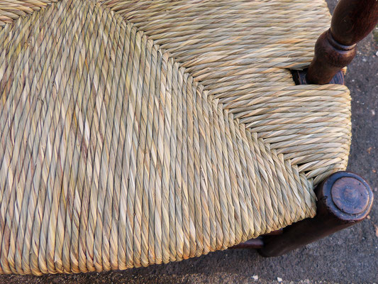 Paillage en laîche fait main, finesse et nuance du toron / Sedge straw bottom seat, hand made, fine and shaded strand.