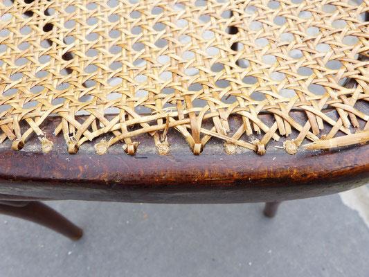 Plaque de cannage moderne collée et fausse bordure sur siège ancien / Modern mechanical cane work glue on a antique seat.