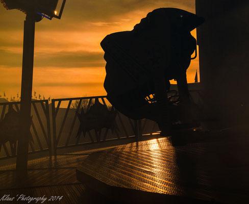 Gondel eines Fahrgeschäfts im Abendlicht
