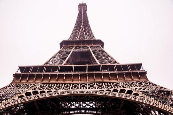 der typische Blick nach oben in Paris