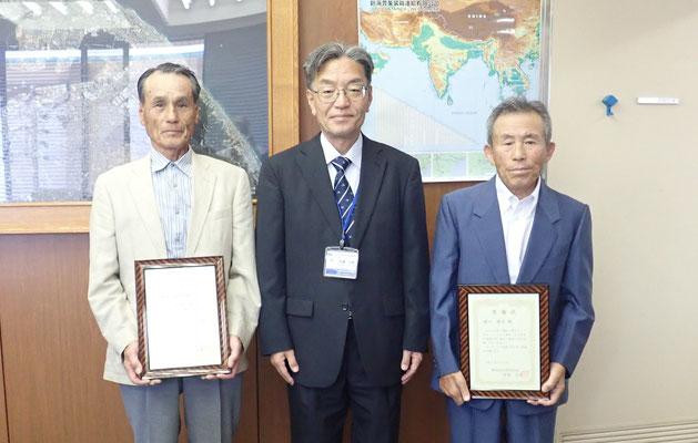 (中央)安達清水港管理局長とボランティアのお二人