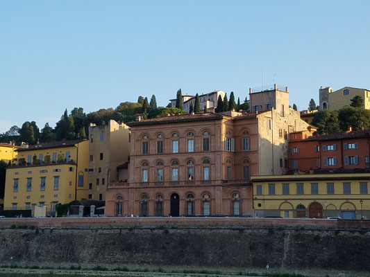 bunte Häuserzeilen am Südufer des Arno