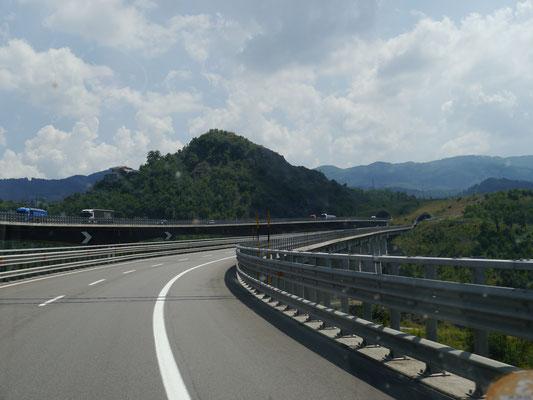 Über Brücken und durch Tunnel