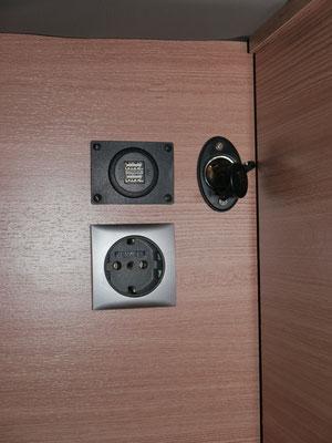 12 V- u. 230 V-Steckdose, USB-Buchse