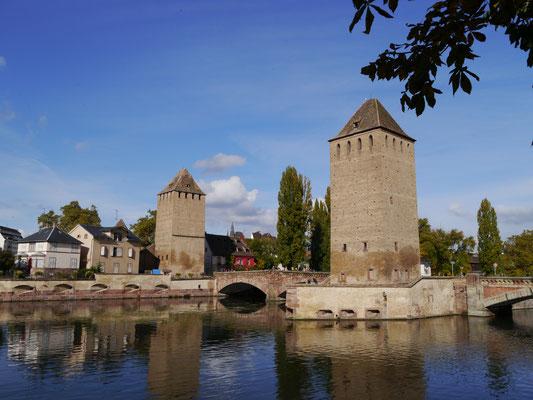 Ansicht auf zwei der drei Türme der Gedeckten Brücken (Ponts couverts), Teil der ehemaligen Stadtbefestigung