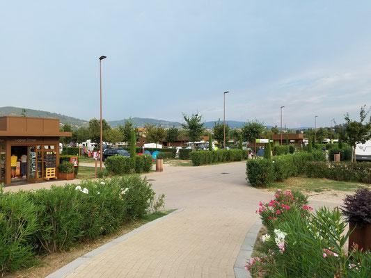 Im vorderen Bereich des Platzes, links die Touristeninfo