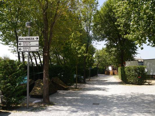 Fußweg über den Platz zur Bushaltestelle