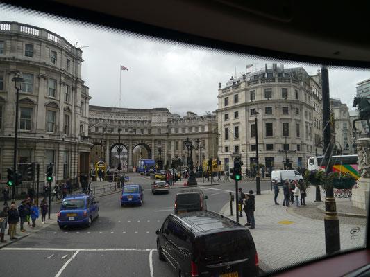 Blick vom Trafalgar Square Richtung Admiralty Arch (Triumphbogen)