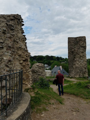 Zwischen der Ruine