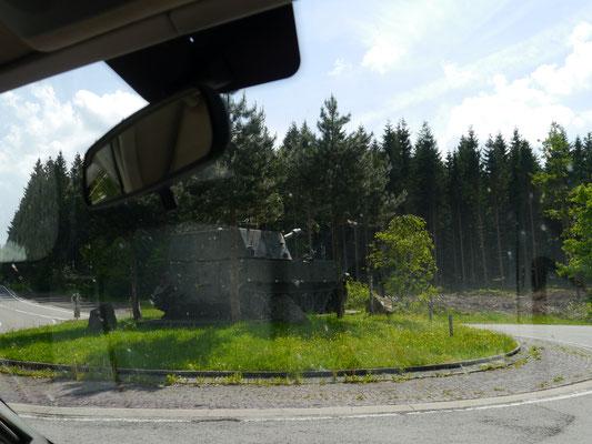 """Kreisverkehr mit Panzer in der Mitte als """"Hingucker"""" (nahe Truppenübungsplatz)"""