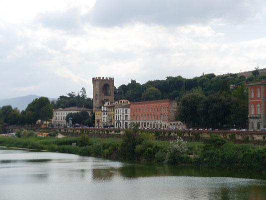 Blick zurück auf den Torre di San Niccolò am Südufer