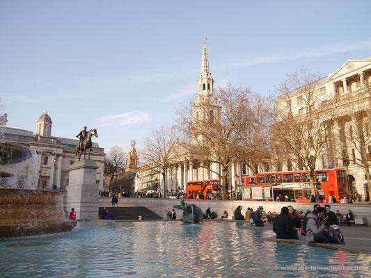 Trafalgar Square mit Brunnen und St. Martin in-the-Field-Kirche im Hintergrund