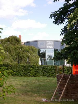 Markant-schwarzer Rundbau des Museums