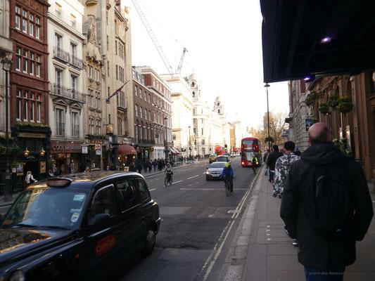 Die Straße Whitehall entlang Richtung Westminster und Themse