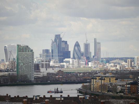 """rangezoomt - die Skyline von London mit dem markanten Büroturm """"The Gherkin"""", die """"Gurke"""" in der Mitte"""