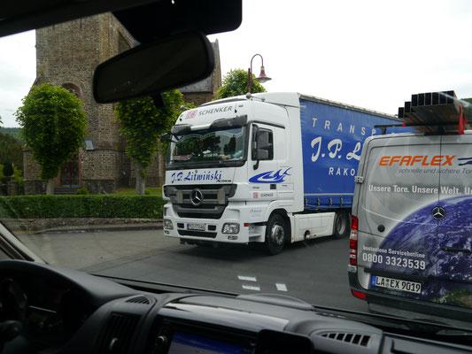 LKW in den kleinsten Straßen, oft auch Stau verursachend