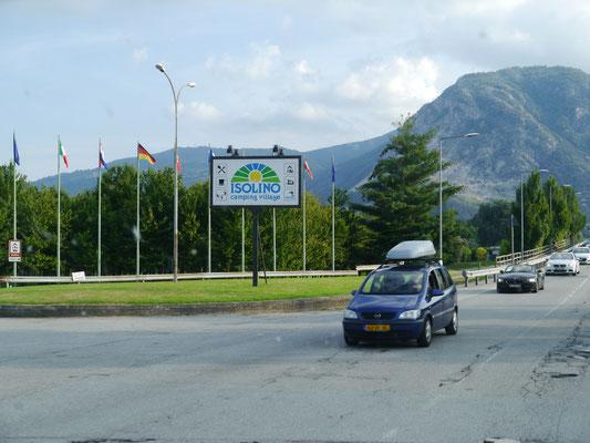 Hinweisschild des Campingplatzes an der Uferstraße